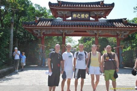 český team na Okinawě před Shureji Castle