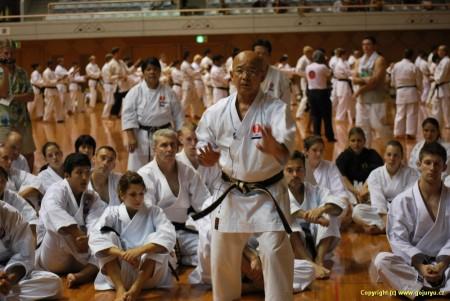 Tsuguo Sakumoto při vysvětlování detailů kata Ryuei-Ryu